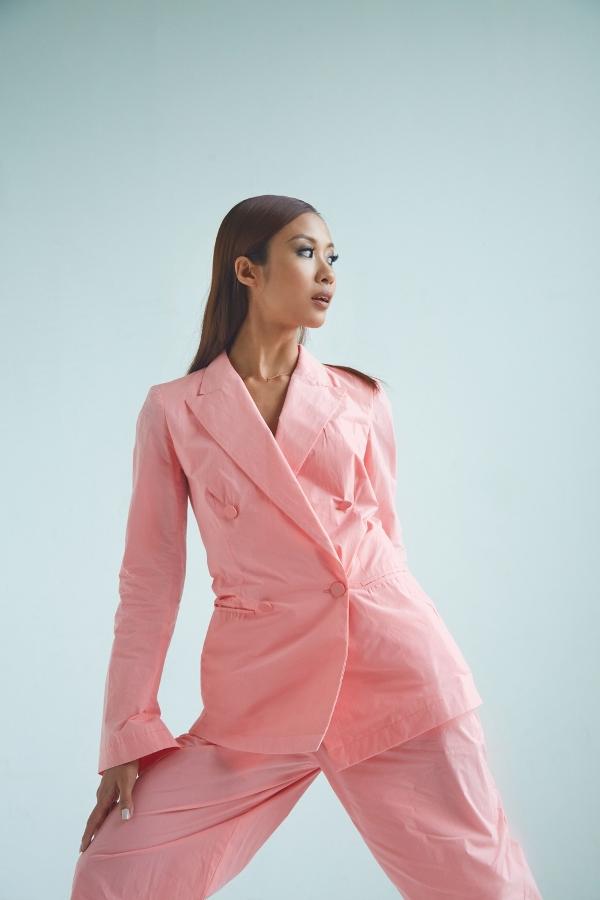Suboi sở hữu thần thái lạnh lùng cùng chất 'High-fashion'không thua kém bất kỳ người mẫu chuyên nghiệp nào.