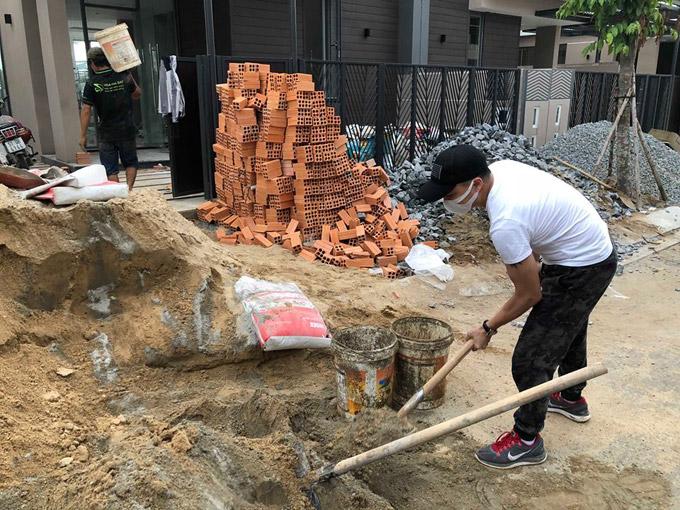 Suốt 3 tháng thi công căn villa, Cao Thái Sơn luôn có mặt để giám sát, đồng thời còn trực tiếp tham gia giúp đỡ các công nhân.