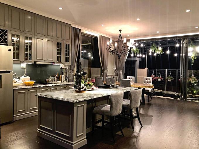 Phòng bếp nằm liền kề với phòng khách và có view hướng ra hồ cá. Nam ca sĩ chọn nội thất có màughi sang trọng cho toàn bộ không gian ở tầng 1.