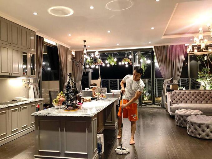 Giọng ca 'Con đường mưa' mất 3 tháng để hoàn thiện căn villa. Đích thân anh tự tay dọn dẹp để ngôi nhà lúc nào cũng sạch bóng.