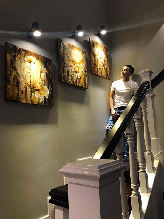 Dọc cầu thang đi lên các tầng, Cao Thái Sơn treo những bức tranh anh yêu thích.
