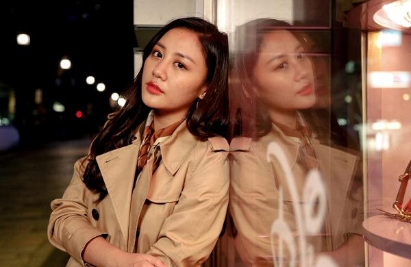 Bên cạnh đó, những khoảnh khắc Văn Mai Hương có vẻ mặt u buồn, đầy tâm trạng cũng ít nhiều gây tò mò cho công chúng về nội dung MV.