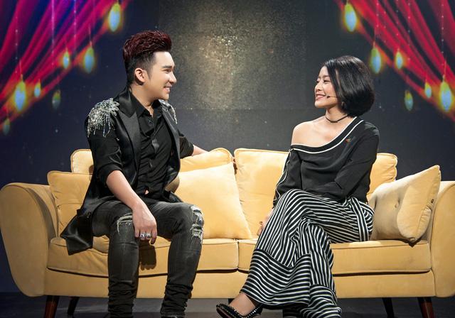 Quang Hà chia sẻ cùng MC Phí Linh trong chương trình Muôn màu showbiz.