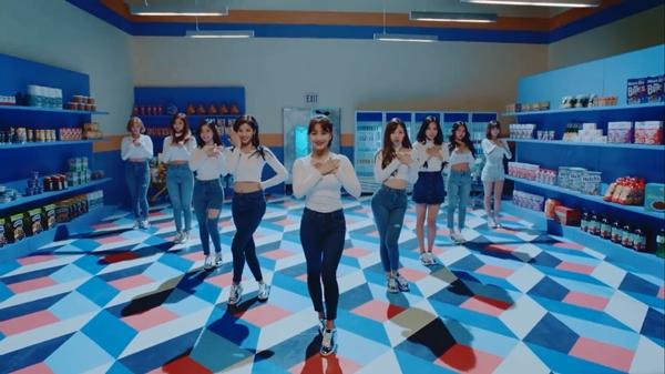 Bài hát có nhiều vũ đạo đáng yêu và outfit đơn giản mà quyến rũ
